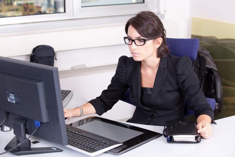 Systemy kontrolujące czas pracy w firmie